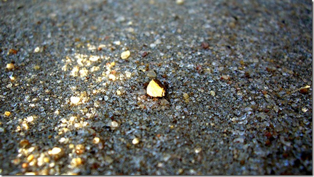 tiny pebble in the sand by nucleotidingsofjoy via flickr